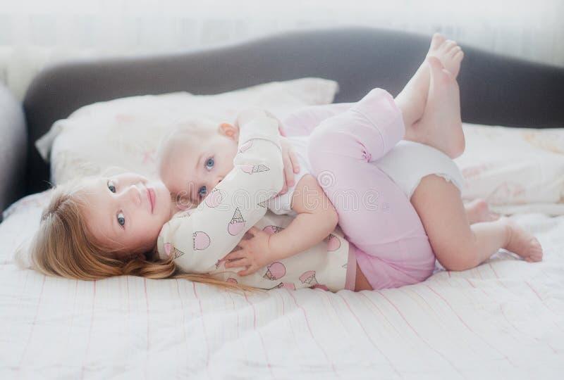 Αδελφή που αγκαλιάζει τη νεώτερη αδελφή στοκ φωτογραφίες με δικαίωμα ελεύθερης χρήσης