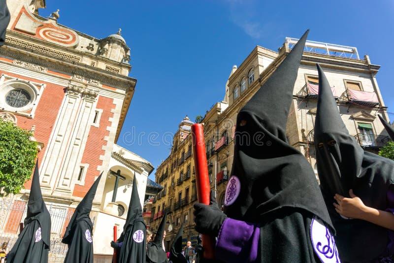 Αδελφοσύνη στις ισπανικές ιερές πομπές εβδομάδας στη Σεβίλη, Ισπανία στοκ φωτογραφίες
