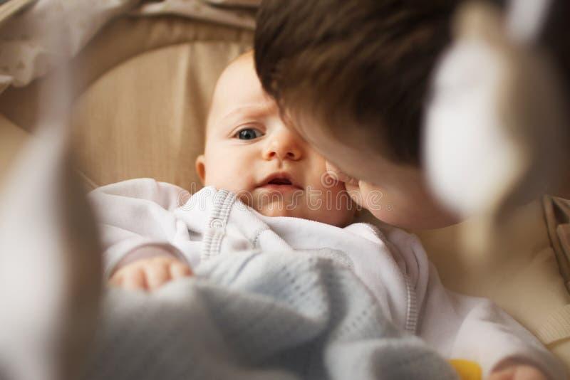 Αδελφός με τη μικρή αδελφή του στοκ φωτογραφία