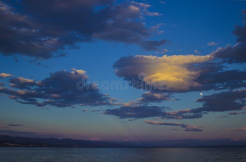 Αδριατικά σύννεφα θάλασσας και ουρανού στο ηλιοβασίλεμα στοκ φωτογραφία με δικαίωμα ελεύθερης χρήσης