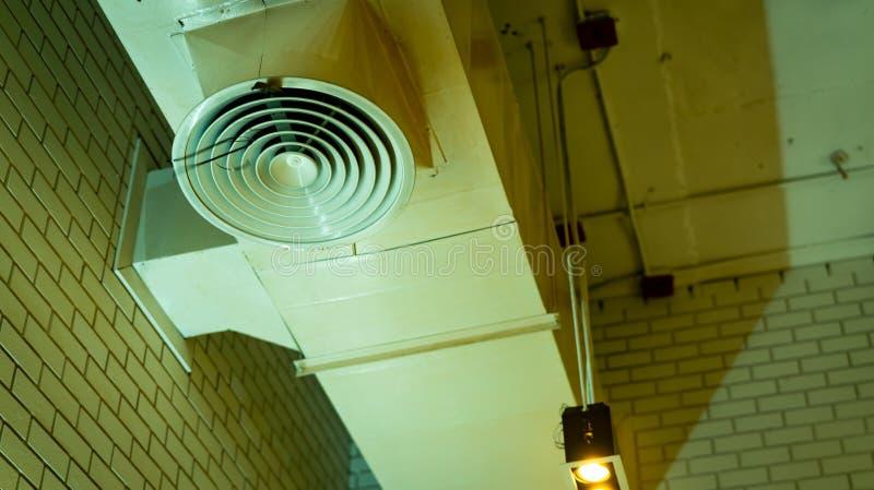 Αεραγωγός στο ανώτατο όριο Σύστημα σωλήνων κλιματιστικών μηχανημάτων Σύστημα εξαερισμού αέρα Μονάδα τίτλων αέρα στον τοίχο Δροσερ στοκ εικόνες με δικαίωμα ελεύθερης χρήσης