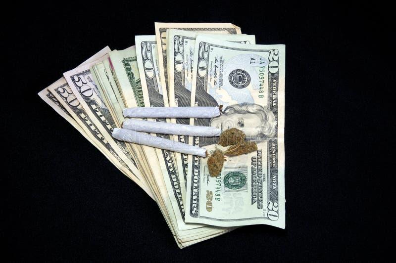 Αερισμένα χρήματα με τη μαριχουάνα στο Μαύρο στοκ φωτογραφία με δικαίωμα ελεύθερης χρήσης