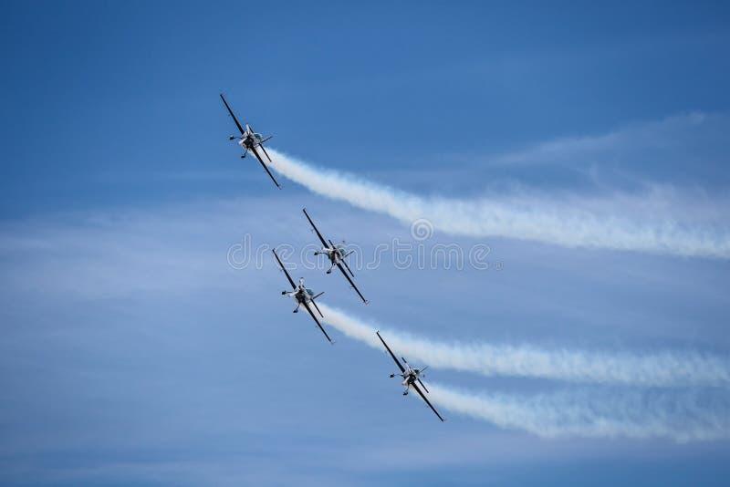 Αεριωθούμενα αεροπλάνα και ελικόπτερα αεροπλάνων που πετούν κατά τη διάρκεια του airshow στοκ εικόνες