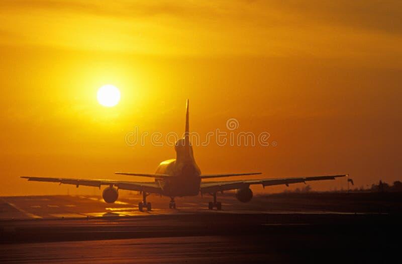 Αεριωθούμενα αεροπλάνα κατά τη διάρκεια του ηλιοβασιλέματος στον ΑΜΕΛΗ αερολιμένα του Λος Άντζελες, Καλιφόρνια στοκ φωτογραφία με δικαίωμα ελεύθερης χρήσης