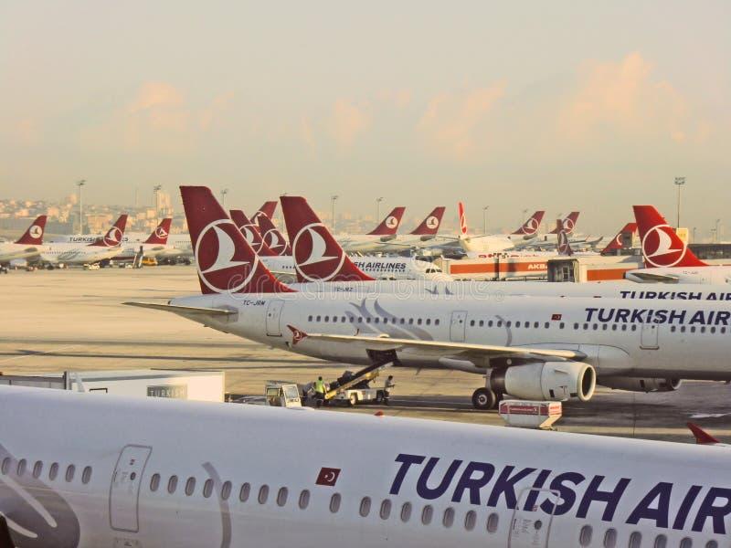 Αεριωθούμενα αεροπλάνα της Turkish Airlines στον αερολιμένα της Ιστανμπούλ στοκ φωτογραφία με δικαίωμα ελεύθερης χρήσης