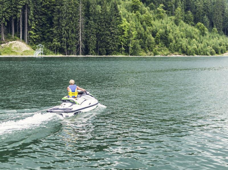 Αεριωθούμενη να κάνει σκι αθλητική ψυχαγωγία στο νερό στοκ εικόνα με δικαίωμα ελεύθερης χρήσης