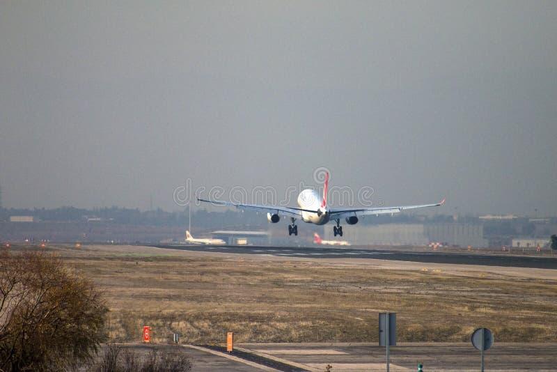 Αεριωθούμενη προσέγγιση επιβατηγών αεροσκαφών της Turkish Airlines στο έδαφος στο διάδρομο αερολιμένων της Μαδρίτης, που βλέπει α στοκ φωτογραφίες με δικαίωμα ελεύθερης χρήσης