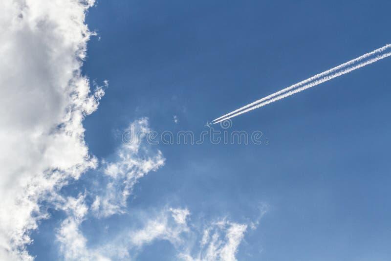Αεριωθούμενος ατμός από τα σύννεφα στοκ εικόνα