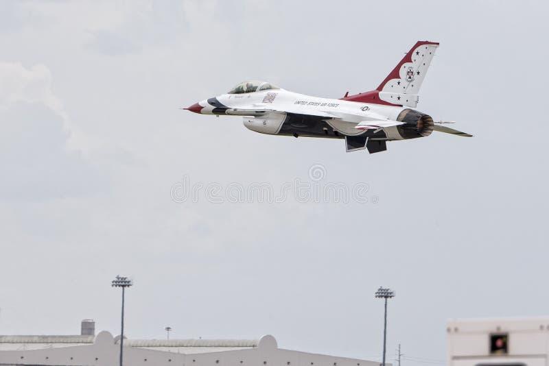 Αεριωθούμενος ελιγμός χαμηλού υψομέτρου πετάγματος Thunderbird στοκ φωτογραφία