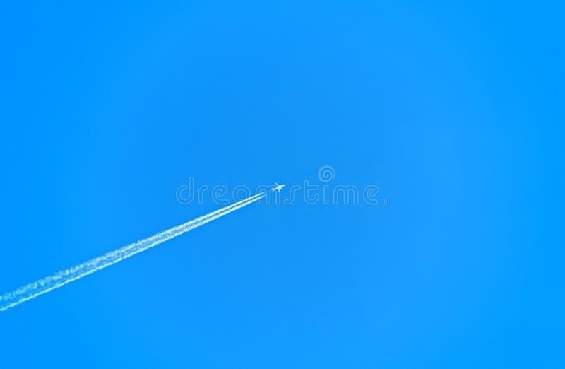 Αεριωθούμενο αεροπλάνο με το ίχνος Behide ατμού στο σαφή μπλε ουρανό στοκ φωτογραφία με δικαίωμα ελεύθερης χρήσης