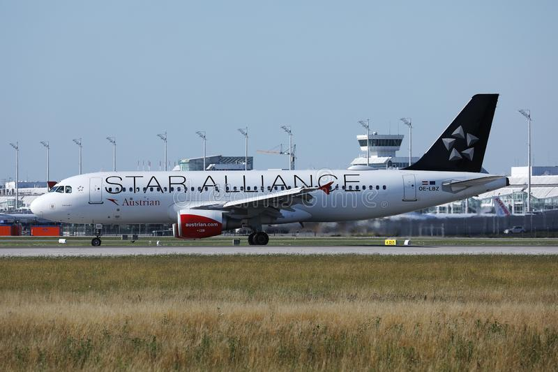 Αεριωθούμενο αεροπλάνο της Austrian Airlines συμμαχίας αστεριών που προσγειώνεται στον αερολιμένα του Μόναχου, MUC στοκ φωτογραφία με δικαίωμα ελεύθερης χρήσης