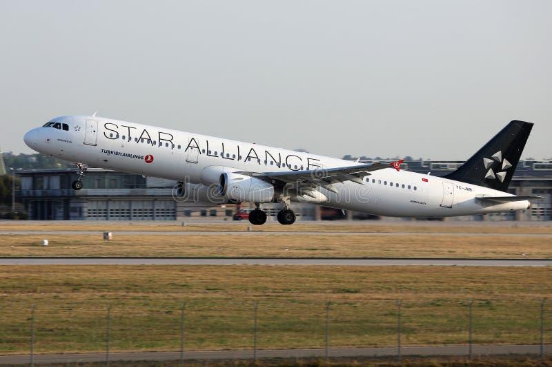Αεριωθούμενο αεροπλάνο της Turkish Airlines συμμαχίας αστεριών που απογειώνεται από το διάδρομο στοκ εικόνες