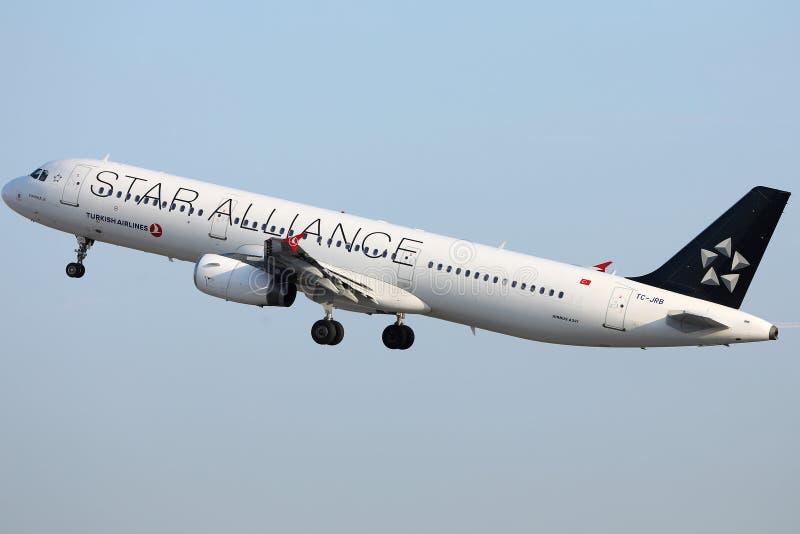 Αεριωθούμενο αεροπλάνο της Turkish Airlines συμμαχίας αστεριών που απογειώνεται από το διάδρομο στοκ εικόνα με δικαίωμα ελεύθερης χρήσης