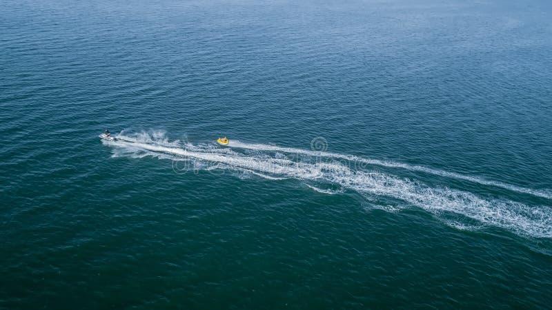 Αεριωθούμενο σκι σε ένα υπόβαθρο της μπλε αεροφωτογραφίας θάλασσας στοκ φωτογραφίες