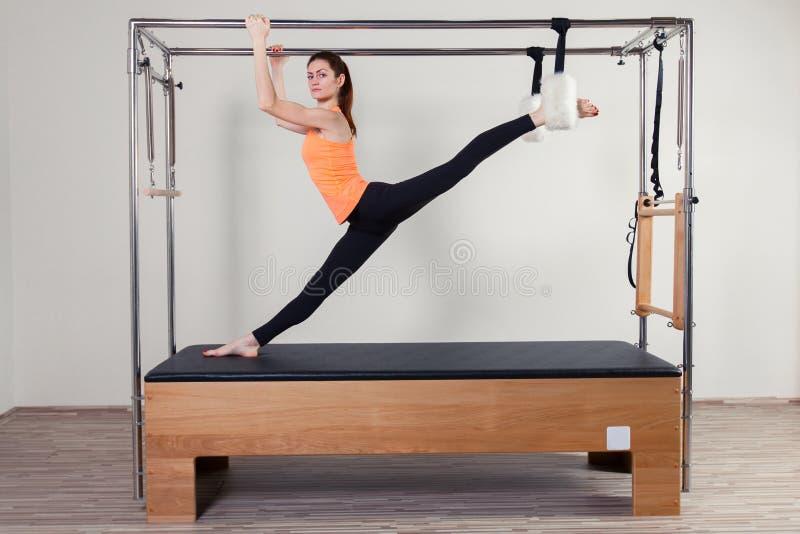 Αεροβική γυναίκα εκπαιδευτικών Pilates στο cadillac στοκ φωτογραφία