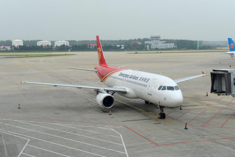Αερογραμμές Shenzhen A320 στον αερολιμένα Shenyang, Κίνα στοκ εικόνες