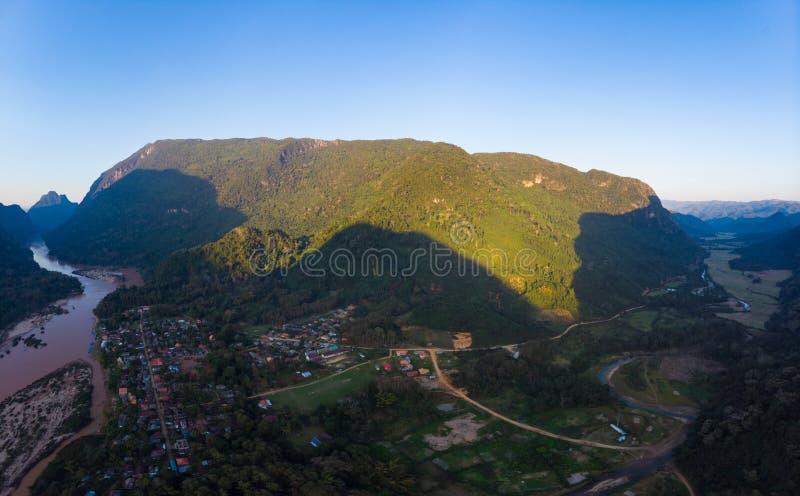 Αεροδυναμικός πανοραμικός Nam Ou River Nong Khiaw Muang Ngoi Laos, δραματική τοπιακή γραφική οροσειρά pinnacle cliff στοκ φωτογραφίες