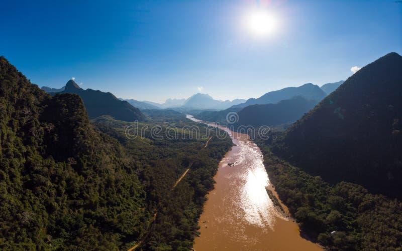 Αεροδυναμικός πανοραμικός Nam Ou River Nong Khiaw Muang Ngoi Laos, δραματική τοπιακή γραφική οροσειρά pinnacle cliff στοκ φωτογραφία