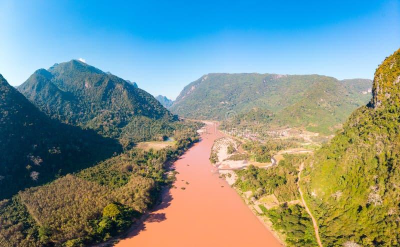 Αεροδυναμικός πανοραμικός Nam Ou River Nong Khiaw Muang Ngoi Laos, δραματική τοπιακή γραφική οροσειρά pinnacle cliff στοκ εικόνα