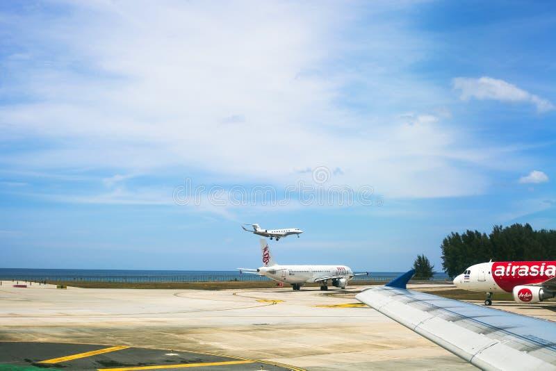 Αερολιμένας με το πετώντας αεροπλάνο σε Phuket, Ταϊλάνδη στοκ φωτογραφίες με δικαίωμα ελεύθερης χρήσης