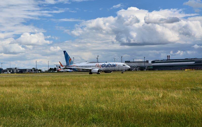 Αερολιμένας Πράγα Ruzyne, απογείωση Boeing 737 μύγα Ντουμπάι στοκ εικόνες