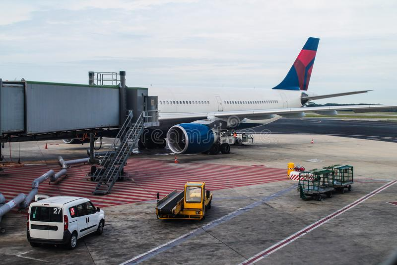 Αερολιμένας - τερματικό - ταξίδι - αεροπορικές μεταφορές στοκ εικόνα