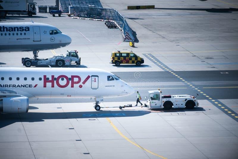 Αερολιμένας της Φρανκφούρτης, Γερμανία, τον Απρίλιο του 2019 Χειρισμός με το τεράστιο αεροπλάνο Θλεμψραερ 190 Air France Αεροπλάν στοκ φωτογραφία με δικαίωμα ελεύθερης χρήσης