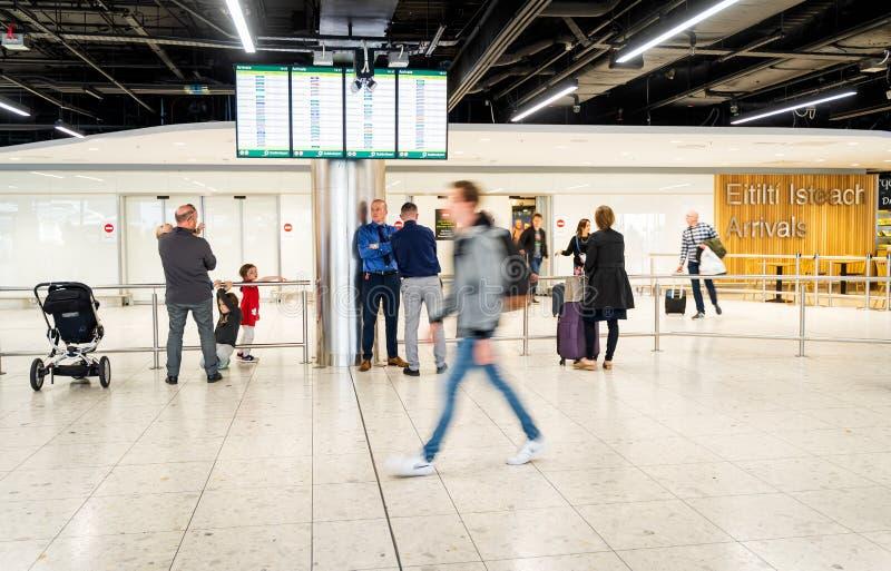 Αερολιμένας του Δουβλίνου, Ιρλανδία, το Μάιο του 2019 Δουβλίνο, άνθρωποι που περιμένει και που συναντά τους φίλους τους στοκ εικόνα