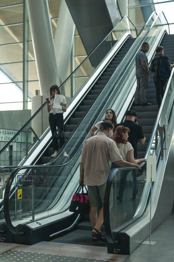 Αερολιμένας Platov, Ρωσία - 24 05 19: μεγάλη οικογενειακή άνοδος στην κυλιόμενη σκάλα στον αερολιμένα στοκ φωτογραφία με δικαίωμα ελεύθερης χρήσης
