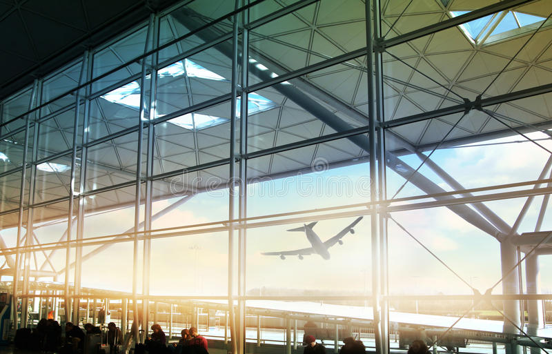 ΑΕΡΟΛΙΜΕΝΑΣ ΤΟΥ ΛΟΝΔΙΝΟΥ STANDSTED, UK - 23 ΜΑΡΤΊΟΥ 2014: Παράθυρο αερολιμένων και πίνακας πληροφοριών στοκ εικόνες