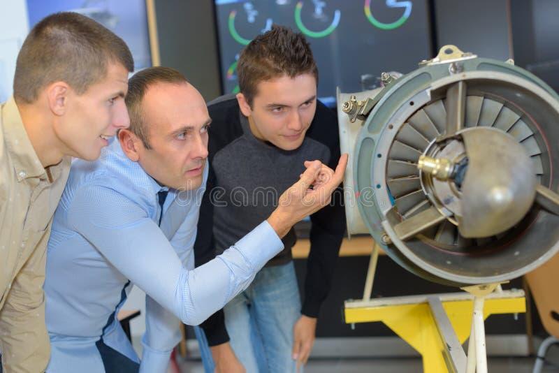 Αεροναυτικοί μηχανικοί που εξετάζουν τους προωστήρες ταχύτητας στοκ φωτογραφία