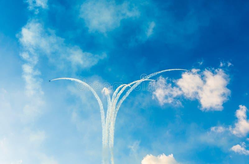 Αεροπλάνα αεριωθούμενων αεροπλάνων που κάνουν τις μορφές στον ουρανό στοκ εικόνα