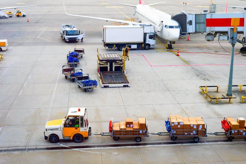 Αεροπλάνα, δέματα, μεταφορέας αποσκευών, αερολιμένας στοκ φωτογραφία με δικαίωμα ελεύθερης χρήσης