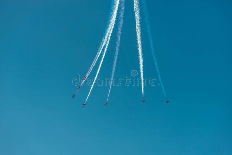 Αεροπλάνα με τα πολύχρωμα ίχνη κατά τη διάρκεια του Bournemouth Airshow στοκ εικόνα