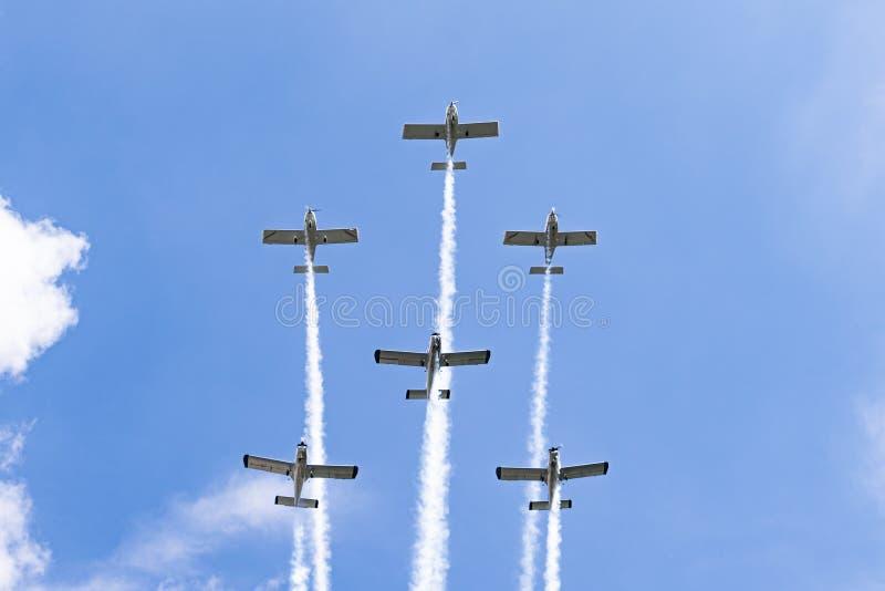 Αεροπλάνα στο airshow Η ομάδα Aerobatic εκτελεί την πτήση στον αέρα παρουσιάζει στην Κρακοβία, Πολωνία στοκ εικόνα