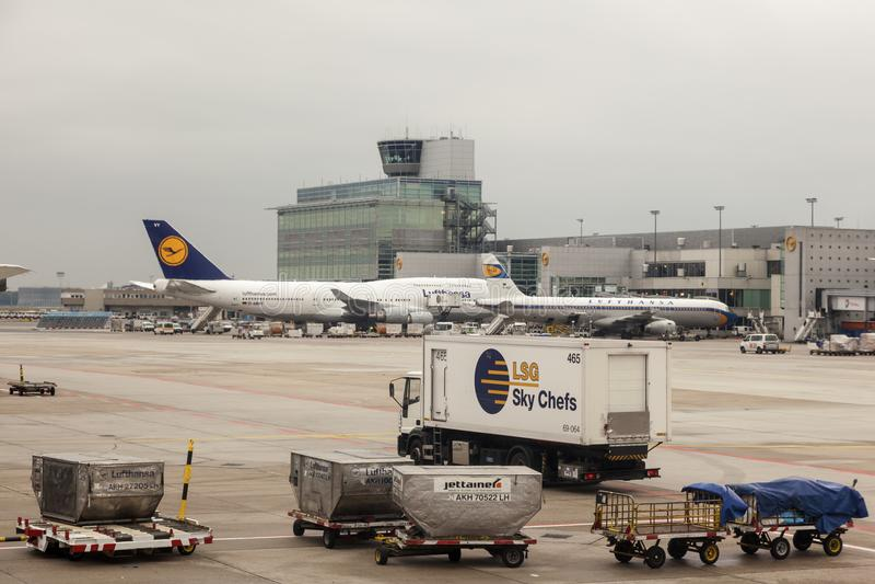 Αεροπλάνα της Lufthansa στον αερολιμένα της Φρανκφούρτης στοκ φωτογραφίες