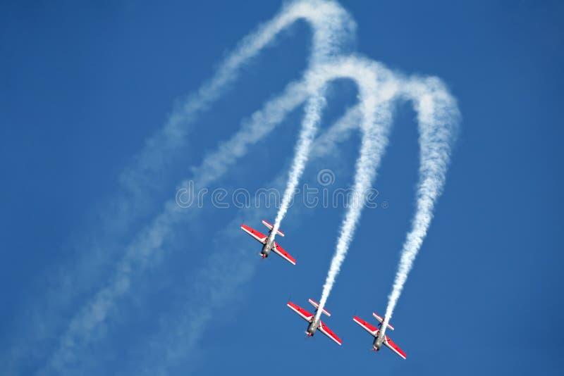 Download αεροπλάνα airshow τρία στοκ εικόνα. εικόνα από εκτελεστής - 17053573
