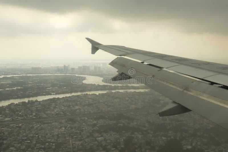 Αεροπλάνο έτοιμο να προσγειωθεί στην πόλη του Ho Chi Minh στοκ φωτογραφία