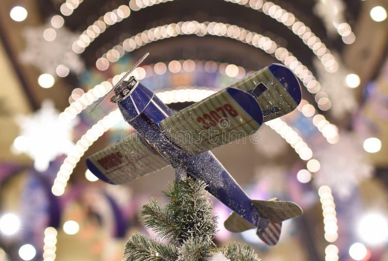 Αεροπλάνο διακοσμήσεων Χριστουγέννων με το bokeh στοκ φωτογραφίες