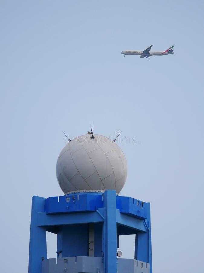 Αεροπλάνο Εμιράτων που πετάει πάνω από μετεωρολογικά ραντάρ στην Curepipe του Μαυρίκιου στοκ εικόνες