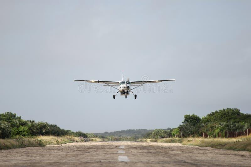 Αεροπλάνο επάνω από το διάδρομο στοκ φωτογραφία με δικαίωμα ελεύθερης χρήσης