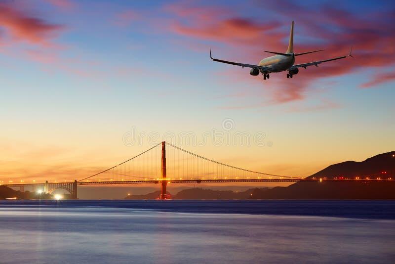 Αεροπλάνο επιβατηγών αεροσκαφών επιβατικών αεροπλάνων που φθάνει ή που αναχωρεί Σαν Φρανσίσκο στοκ εικόνα με δικαίωμα ελεύθερης χρήσης