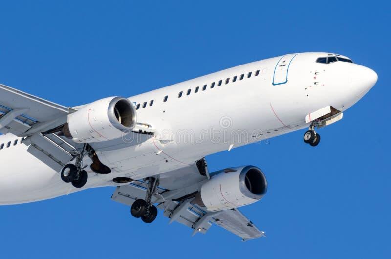 Αεροπλάνο επιβατών με τα πλαίσια που απελευθερώνονται πριν από την προσγείωση στον αερολιμένα ενάντια στο μπλε ουρανό στοκ εικόνες με δικαίωμα ελεύθερης χρήσης
