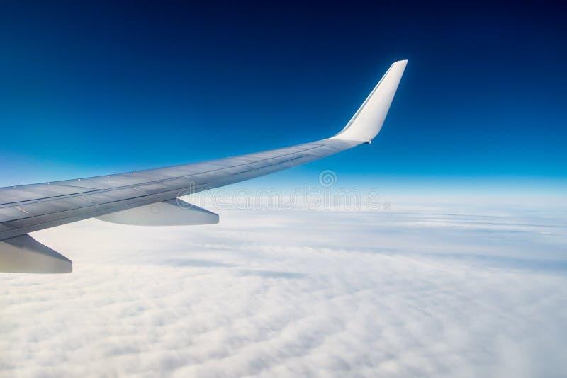 Αεροπλάνο κάτω από τα σύννεφα στοκ φωτογραφίες