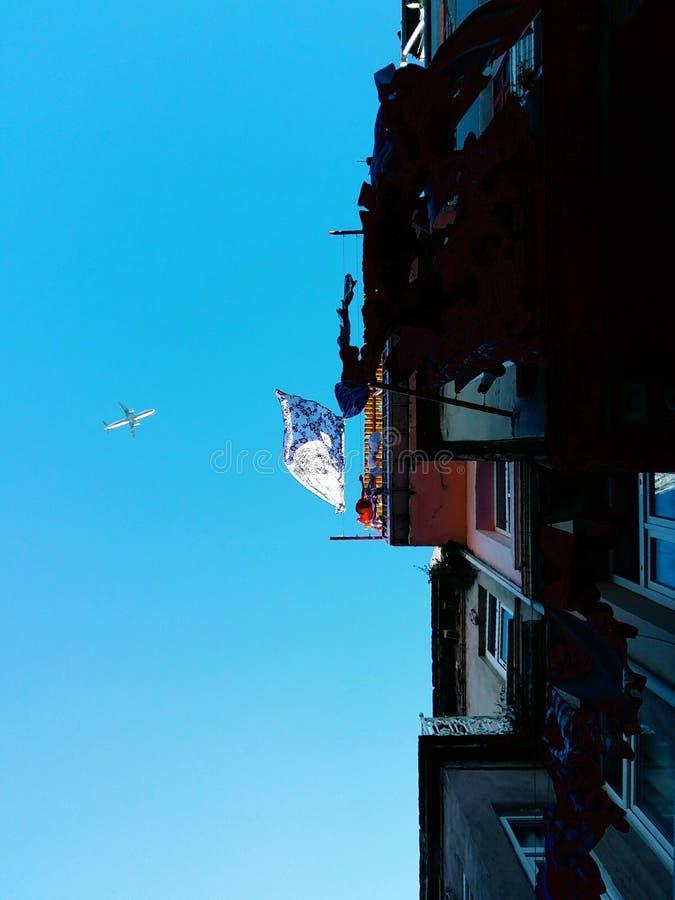 Αεροπλάνο μέσω μιας γειτονιάς στοκ εικόνες