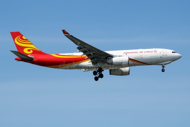 Αεροπλάνο μεταφοράς εμπορευμάτων β-LNY airbus A330-200 φορτίου αερογραμμών Χονγκ Κονγκ που προσγειώνεται στον αερολιμένα της Ιστα στοκ φωτογραφία με δικαίωμα ελεύθερης χρήσης