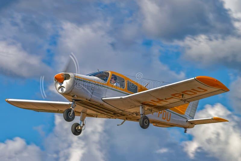 Αεροπλάνο με μονοκινητήριο εμβολοφόρο κινητήρα Piper PA-28-140 Cheroke Cruiser OH-PDU, τεσσάρων θέσεων, που πετάει σε γαλάζιο ουρ στοκ φωτογραφίες με δικαίωμα ελεύθερης χρήσης