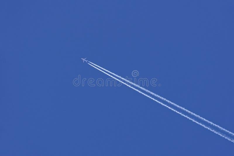 Αεροπλάνο με το ίχνος ατμού στο μπλε ουρανό στοκ φωτογραφίες με δικαίωμα ελεύθερης χρήσης