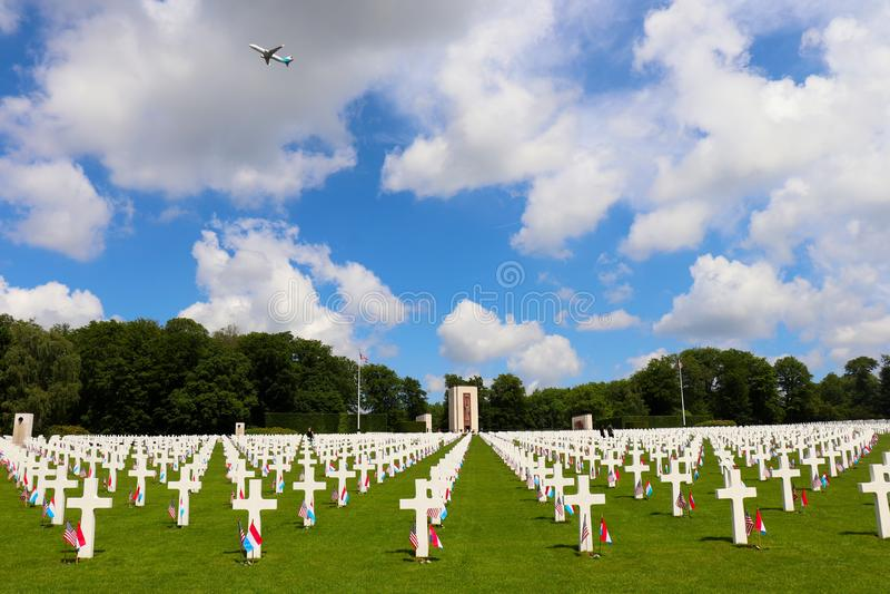 Αεροπλάνο πέρα από το λουξεμβούργιο αμερικανικό νεκροταφείο στοκ φωτογραφία με δικαίωμα ελεύθερης χρήσης