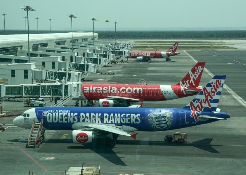 Αεροπλάνο που ελλιμενίζει στο διεθνή αερολιμένα στοκ εικόνες